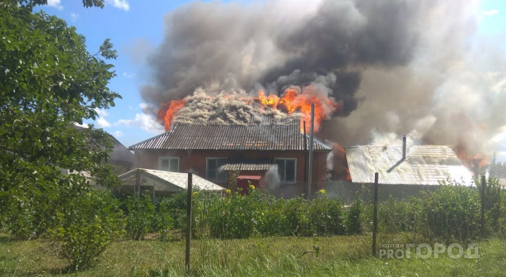 В Ядрине сгорел дом молодой семьи: дети остались без одежды