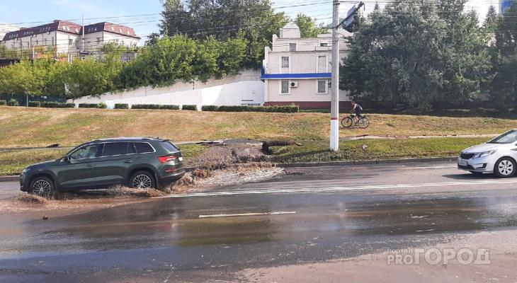 В Чебоксарах прорвало трубу на Президентском бульваре