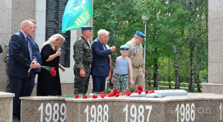 Десантники Чебоксар начали отмечать день ВДВ с возложения цветов