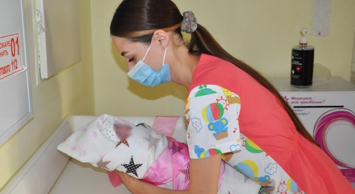 В Чебоксарах выходили малышку, родившуюся с весом 603 грамма раньше срока