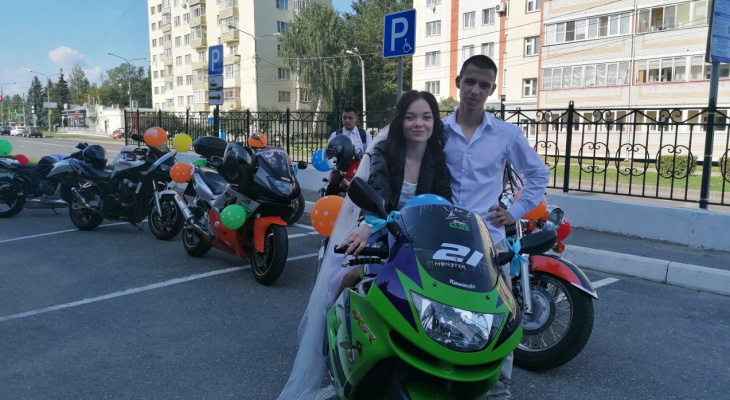 "Жених и невеста приехали на бракосочетание с ""мотокортежем"""