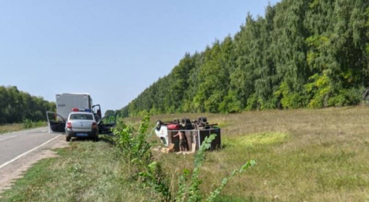 В Урмарском районе люди остались без свежей выпечки: по дороге в село перевернулся хлебовоз