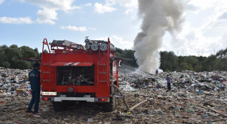 Причиной пожара на свалке в Шумерле могла быть не жара: спустя неделю выдвинута новая версия