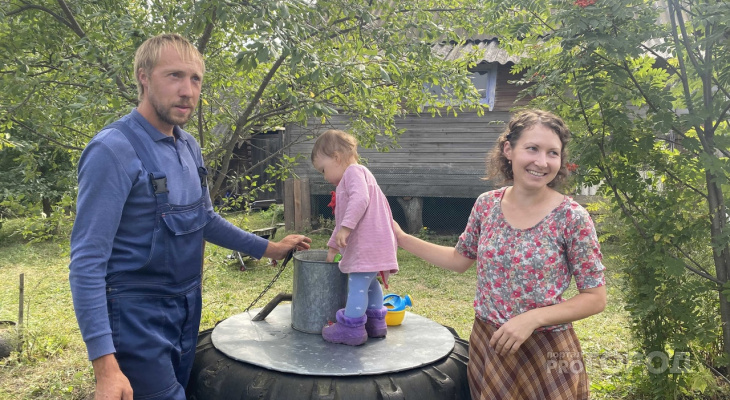 Молодая семья поменяла город на деревню, строит родовое поместье и занимается фермерством