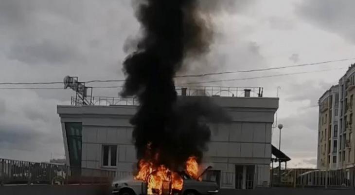 В центре Чебоксар загорелась машина