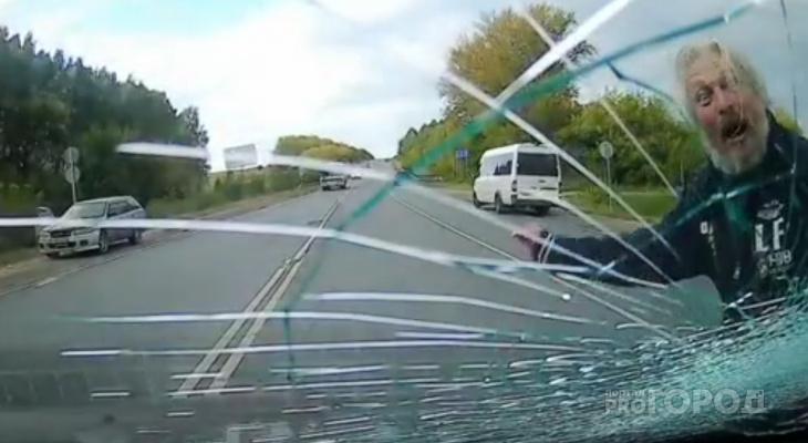 Абсолютно трезвый мужчина на оживленной дороге в Чебоксарском районе нападал на машины: кулаком разбил лобовое стекло