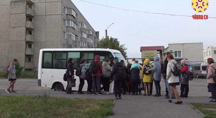 """Школьники Соляного битком заполняют автобус, чтобы успеть на уроки: """"Если не успел – лучше пешком"""""""