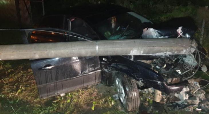 В Чувашии ночью произошло смертельное ДТП: водитель снес бетонный столб