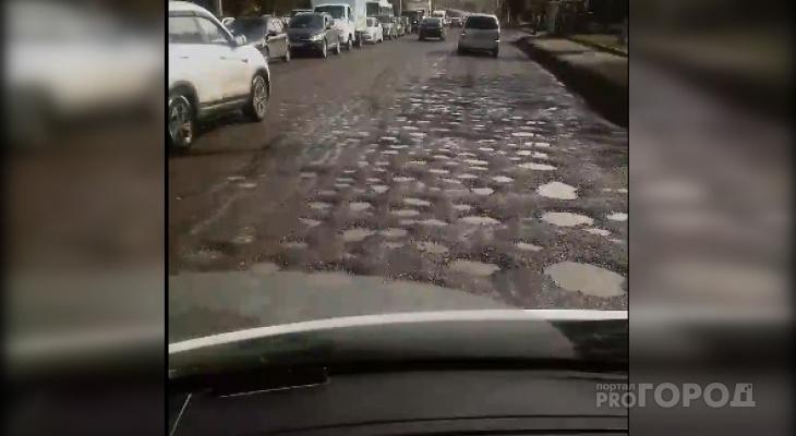 """Одна из дорог Чебоксар сплошь покрыта мелкими """"кратерами"""": """"Едешь, как по Луне"""""""