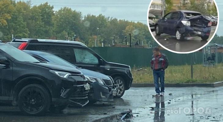 """В Чебоксарах утром произошло массовое ДТП из пяти машин: """"Логан"""" очень сильный удар получил"""""""