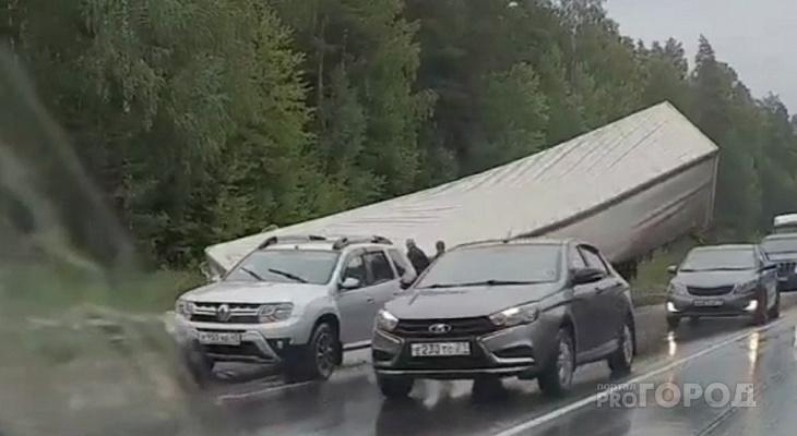 Недалеко от Чувашии на трассе Чебоксары-Сыктывкар фура упала с дороги