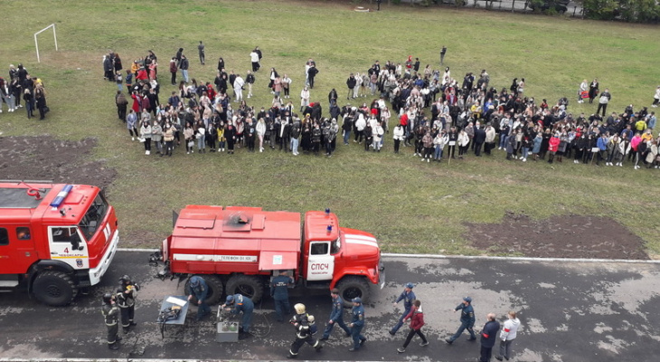 """В Чебоксарах из института эвакуировали больше 570 человек: огнеборцы """"тушили"""" пожар"""