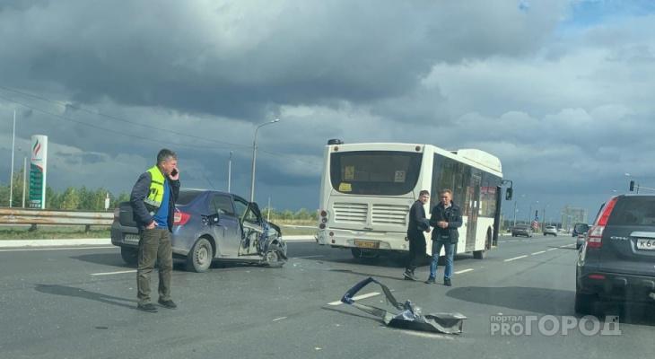 На трассе между Чебоксарами и Новочебоксарском легковушка влетела в пассажирский автобус