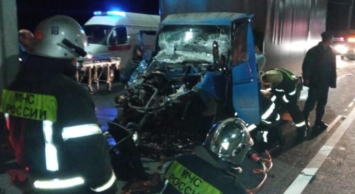 Водитель из Чувашии попал в серьезную аварию: выбраться из машины ему помогли спасатели