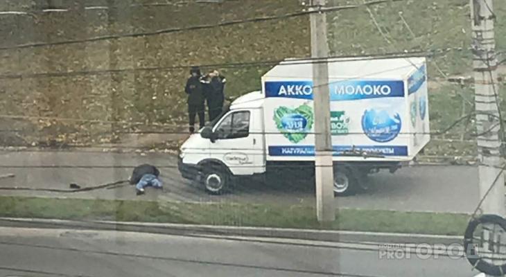 В Чебоксарах продуктовый грузовик задавил мужчину прямо на тротуаре