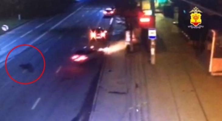 Новые подробности ночной аварии в Чебоксарах: машина сбила человека и врезалась в остановку