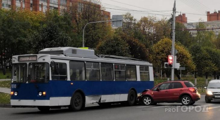 В Чебоксарах водитель иномарки умудрился попасть в аварию сразу с двумя троллейбусами