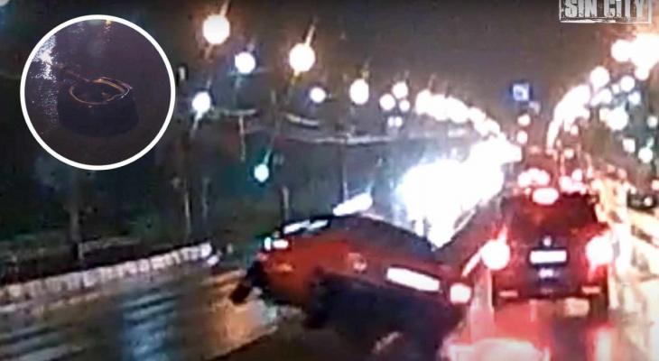 Ночное ДТП в Чебоксарах: водитель подбил машину, перелетел через бордюр и врезался в бетонный отбойник
