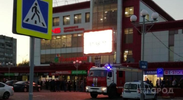 Возле торгового центра в Новоюжке толпа народу: подъехали скорая и пожарная машины