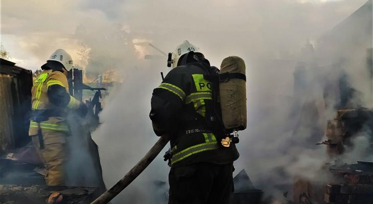 В Урмарском районе огонь уничтожил почти все хозяйские постройки: дом, теплица, гараж