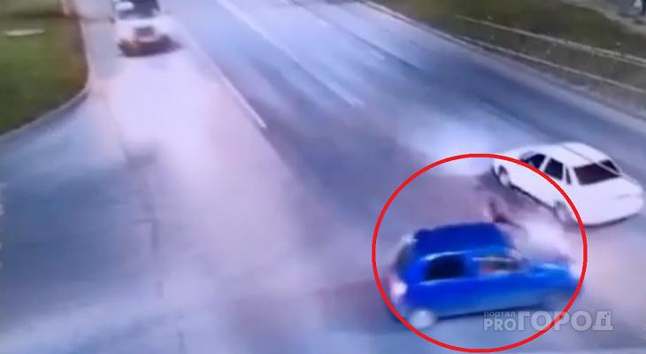 В Чебоксарах столкнулись иномарка и мотоцикл: в аварии пострадал один из водителей