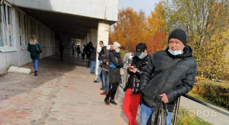 Очередь пациентов с ОРВИ в Чебоксарах начинается с улицы, стоят по 6 часов и мерзнут