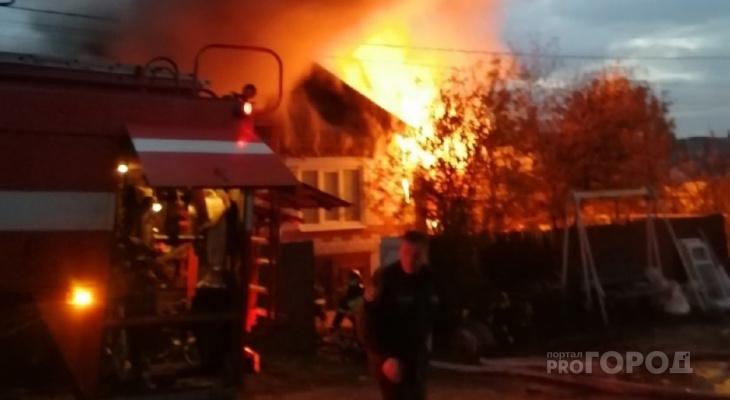 В Шумерле сгорел частный дом: к приезду пожарных все полыхало, и взрывались баллоны