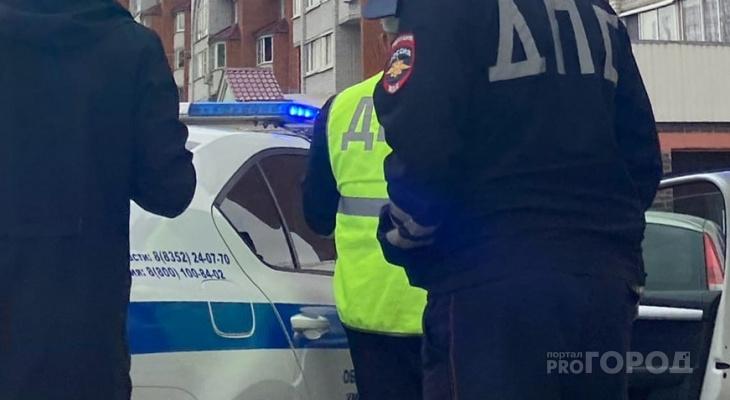 Мужчина стал душить полицейского, который проводил задержание его приятеля за пьяную езду
