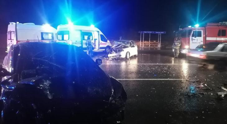 Лобовая авария в Чебоксарах: одного водителя зажало в машине